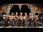 7 متنافسات على لقب ملكة جمال لاوس يرتدين ملابس مطرزة بالذهب