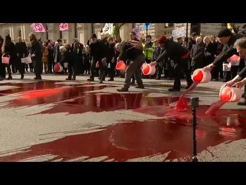 شاهد محتجون ضد تغير المناخ يسكبون دمًا مصطنعًا وسط لندن