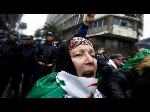 شاهد مئات المحامين الجزائريين يتظاهرون لمطالبة بوتفليقة بالاستقالة الفورية