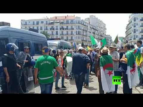 الجزائريون يتوافدون إلى ساحة البريد ومخاوف من مواجهات