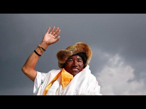 شاهد النيبالي شيربا يسجل رقما قياسيا جديدا في تسلق قمة إفرست