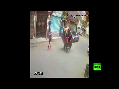 شاهد سائق توك توك يصدم فتاة بطريقة جنونية في مصر