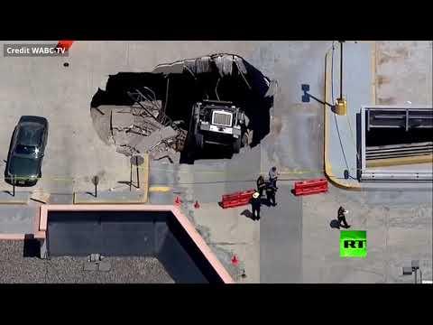شاهد انهيار سقف موقف سيارات في نيوجيرسي الأميركية