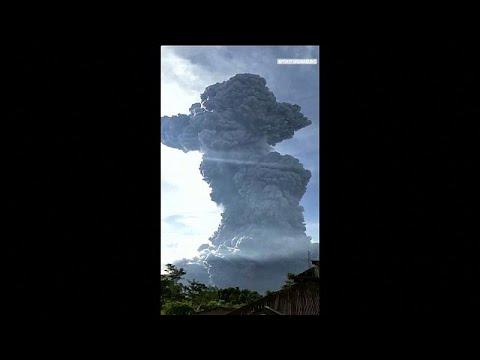شاهد لحظة ثوران بركان جبل سينابونج في إندونيسيا