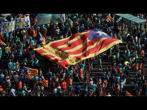 شاهد الآلاف من الكاتلونيين يتظاهرون في برشلونة للمطالبة بالانفصال