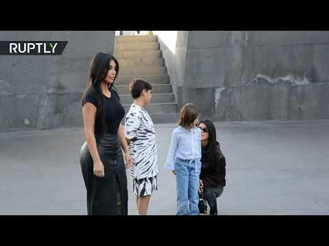 شاهد كيم كارداشيان تجذب معجبيها أثناء زيارة نصب تذكاري لـ ضحايا إبادة الأرمن