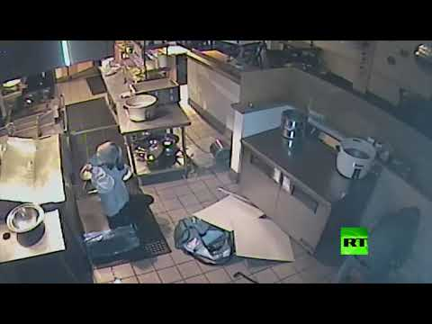 شاهد لصة تسقط من سقف أثناء سرقتها مطعمًا في كاليفورنيا