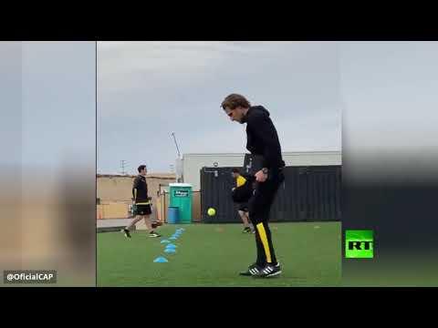 شاهد الأوروغوياني دييغو فورلان يداعب كرة المضرب بمهارة