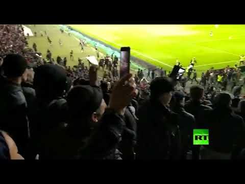 شاهد لاعبون في روسيا يوقفون مباراة لفك شجار بين المشجعين