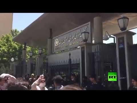 شاهد عشرات التجار يحتجون أمام البنك المركزي الإيراني