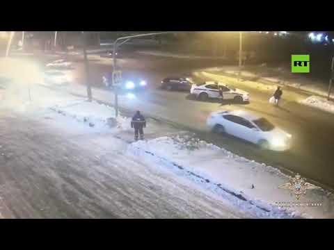 شاهد سيارة شرطة المرور تنقذ مارة من موت محقق