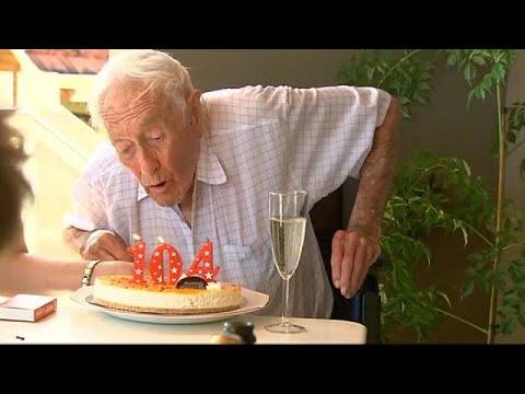عالم أسترالي احتفل بعيد ميلاه 104