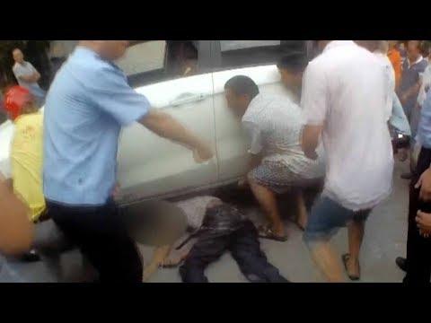 المارة ينقذون رجلًا من تحت عجلات سيارة في الصين