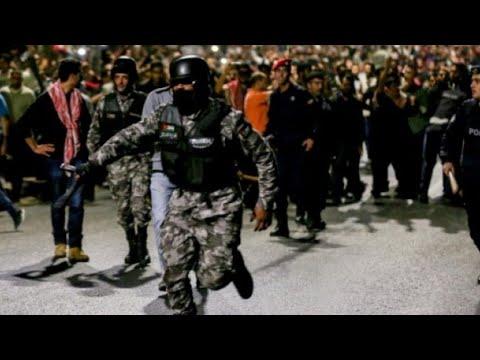 شاهدالآلاف في الأردن يتظاهرون ويطالبون باستقالة رئيس الوزراء
