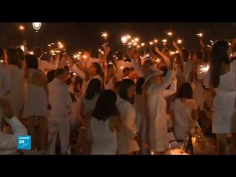 مئات الرجال والنساء يحتفلون بـالعشاء الأبيض في قلب العاصمة الفرنسية