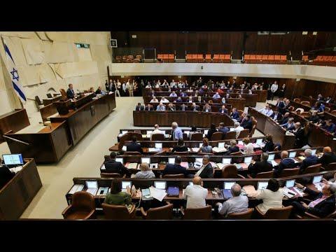 نواب الكنيست العرب يمزقون نص قانون الدولة القومية