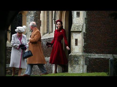 شاهد العائلة المالكة البريطانية تتوجه لقداس عيد الميلاد