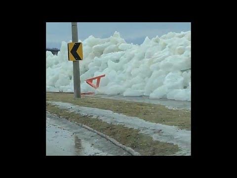 شاهد الرياح العاتية تشكل جدار جليد على طريق في كندا