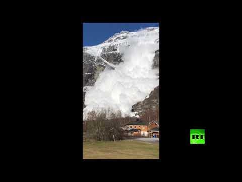 شاهد لحظة انهار ثلجي بقرية في النرويغ