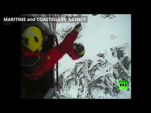 شاهد إنقاذ كلب عالق على قمة جبل في بريطانيا