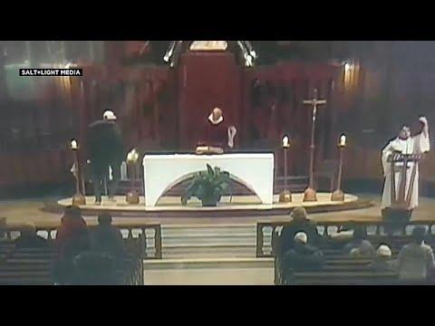 شاهد رجل يطعن قسًا أثناء قداس داخل كنيسة سانت جوزيف في كندا
