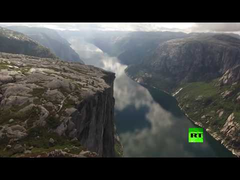 شاهد مغامر يكاد يسقط عن حبل معلق على ارتفاع ألف متر