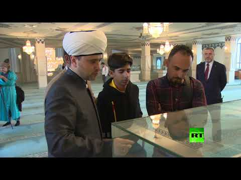 شاهد الفتى العراقي قاسم الكاظمي يزور مسجد موسكو الجامع