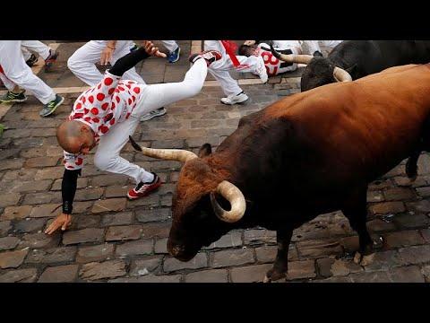 شاهد سقوط خمسة جرحى في اليوم السابع من مهرجان الركض مع الثيران في إسبانيا