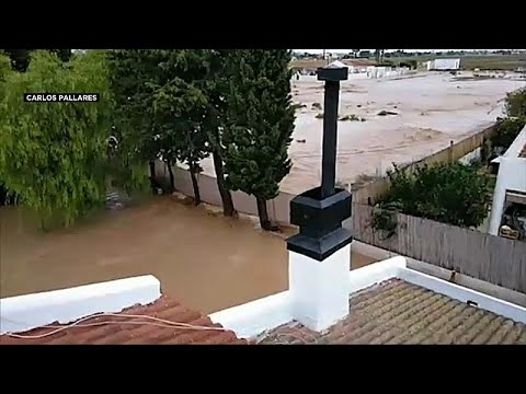 شاهد عائلة إسبانية علقت 5 ساعات كاملة قرب سقف منزلها