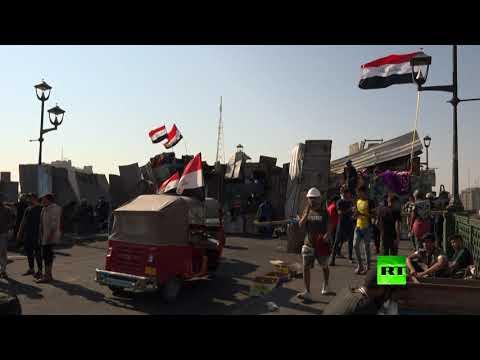 شاهد متظاهرون في العراق يرمون الحجارة أثناء الاشتباك مع قوات الأمن