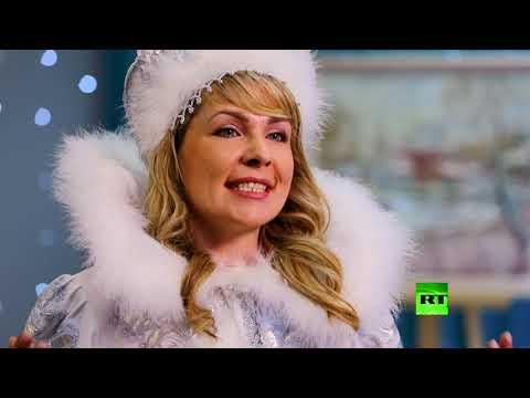 شاهد من هي مرافقة بابا نويل الروسي في حفلاته