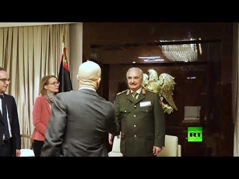 شاهد حفتر يستقبل وزير الخارجية الألماني في ضواحي بنغازي