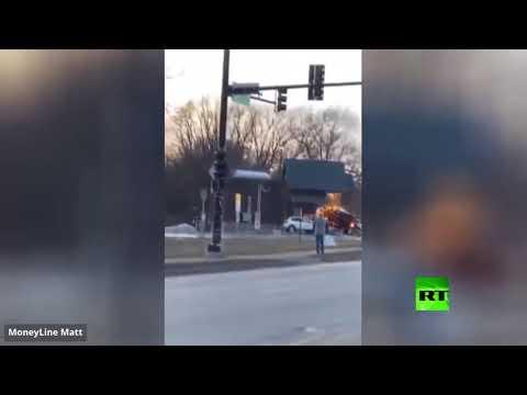 شاهد اصطدام شاحنة بمقهى في الولايات المتحدة