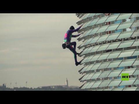 شاهد سبايدرمان الفرنسي يتسلق قمة مبنى ارتفاعه 38 طابقا في برشلونة