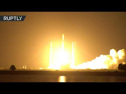 لحظة إطلاق صاروخ فالكون يحمل إلى الفضاء مجموعة أقمار ستارلينك