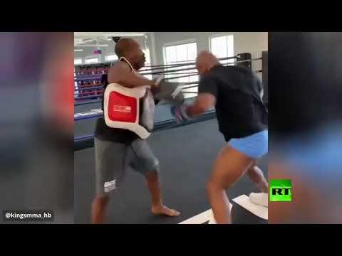 شاهد أسطورة الملاكمة تايسون يوشك على خلع رأس مدربه