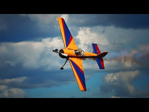 شاهد رجال أعمال ومديرين ينفذون حركّات بهلوانية بالطائرات