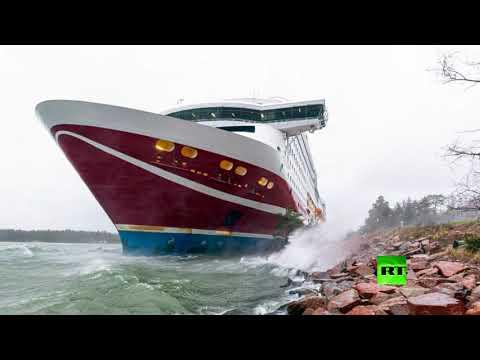 شاهد جنوح عبّارة تحمل على متنها 400 شخص إلى ساحل فنلندا